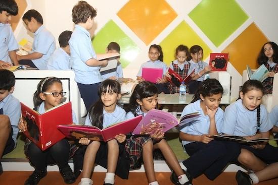 Niños y niñas en el Festival del Libro para jóvenes de Charjah
