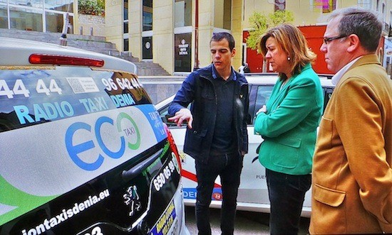 Guillem Salvador, portavoz de la Fundación Ciudades Sostenibles, muestra a Ana Kringe, alcaldesa de Dénia, uno de los primeros eco taxis, en presencia del concejal de Seguridad Ciudadana, Javier Ygarza.