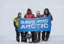 Los embajadores del Ártico Kiera Kolsen de Canada, Renny Bijoux de Seychelles, Josefina Skerk de Suecia y Ezra Miller de EEUU (USA), con un especialista de la cápsula del tiempo.