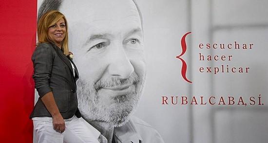 Elena Valenciano ante un poster de Alfredo Pérez Rubalcaba