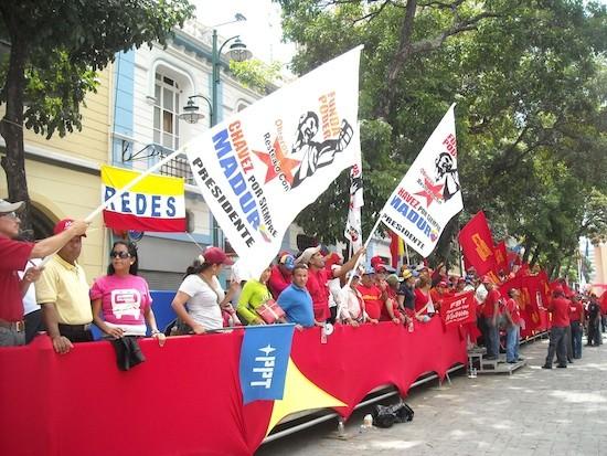 Raúl Límaco/IPS: Partidarios de Maduro festejan su investidura presidencial, este viernes 19 de abril en Caracas.