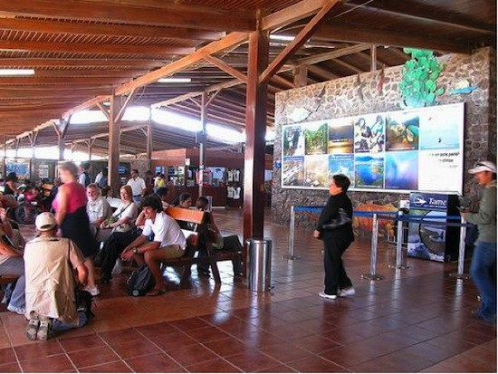 Turistas-Baltra-Galapagos
