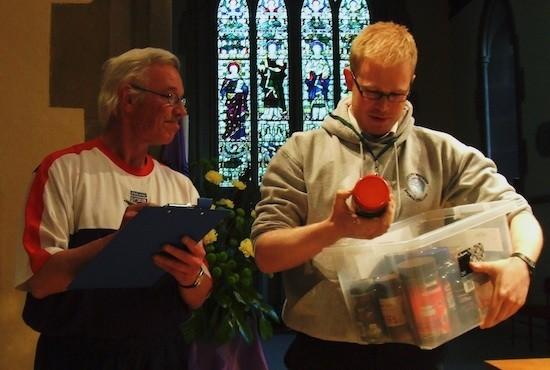 Voluntarios en el banco de alimentos de Clay Cross, en Gran Bretaña. Crédito: Matt Carr/IPS.