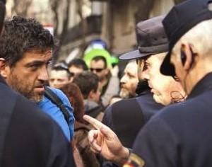 Capín es interpelado por la policía durante un escrache en abril.