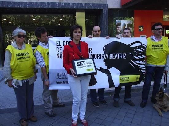 Amnistía Internacional entregó 90.000 firmas en la embajada de El Salvador de Madrid para pedir que se respeten los derechos humanos de Beatriz.