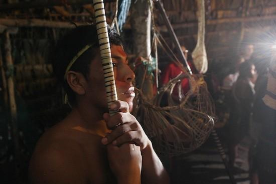 Eduardo Valenzuela /IPS: Un joven huaorani sostiene una lanza de caza en una cabaña para recibir turistas, en la comunidad Tigüino del Parque Nacional Yasuní, en la Amazonia ecuatoriana.