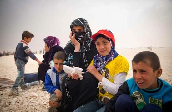 © ACNUR/ J. Kohler: Una madre y sus hijos reflexionan sobre su futuro incierto en un campo de refugiados en Jordania. Hoy se ha hecho público un llamamiento por valor de mil millones de dólares para ayudarles a ellos y a miles de refugiados sirios.