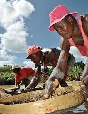 Mineros artesanales buscan diamantes alrededor de la oriental ciudad de Koido, en Sierra Leona. Crédito: Tommy Trenchard/IPS