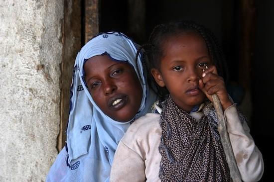 """Unicef: Asmah Mohamad, de seis años, quien fue obligada a someterse a un procedimiento de ablación doloroso, es consolada por su madre Bedria, en el pueblo de Harmukaleh, en la zona de Shinile región somalí. A pesar de que no quería hacer daño a su hija, Bedria cree que Asmah no podía casarse con honor sin la operación. """"A partir de nuestra propia experiencia sabemos que [cortar] causa problemas. Sin embargo, ya que es la tradición, lo continuamos haciendo."""