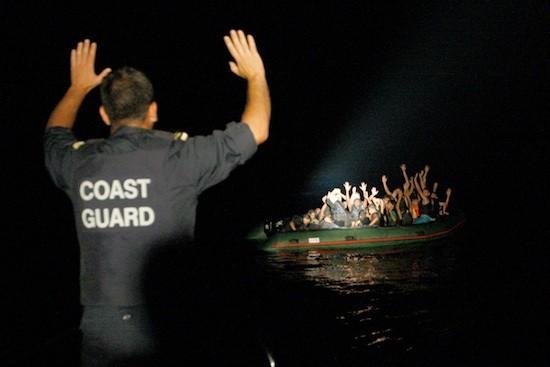 Guardacostas griego cerca de la isla de Samos arrestando a una embarcación con 25 migrantes, noviembre de 2009 © Giorgos Moutafis