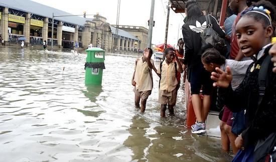 La actualización de datos estadísticos sobre lluvias ayudará a evitar o mitigar los daños de inundaciones como las sufridas tantas veces por Puerto España. Crédito: Peter Richards/IPS.