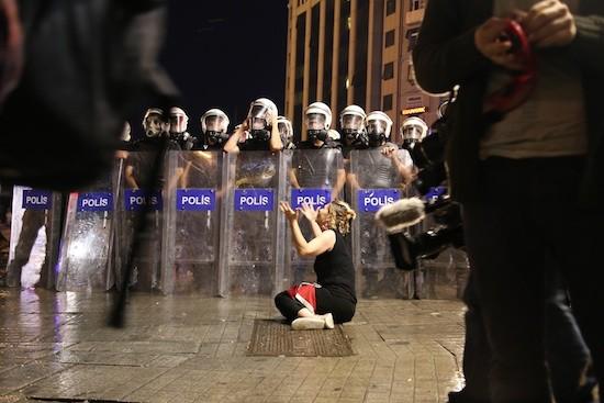 Una mujer cae frente a una barrera policial durante una de las protestas del movimiento Ocupa Gezi. Crédito: Arzu Geybulla/IPS
