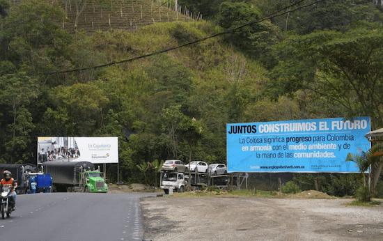 La empresa AngloGold Ashanti Colombia gasta un grueso presupuesto para convencer a las comunidades de la zona de las bondades de la explotación de oro a cielo abierto. Este cartel en la carretera entre Ibagué, capital de Tolima, y Cajamarca es solo una muestra. Crédito: Constanza Vieira/IPS