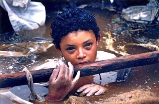 La agonía de Omayra. Foto: Frank Fournier. World Press Photo 1985