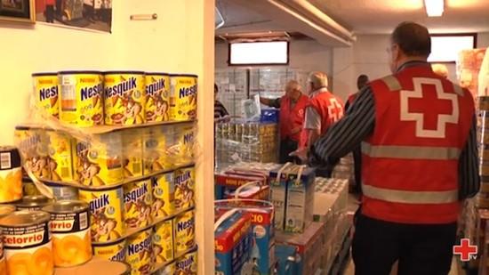 Reparto de alimentos por Cruz Roja para paliar los recortes sociales