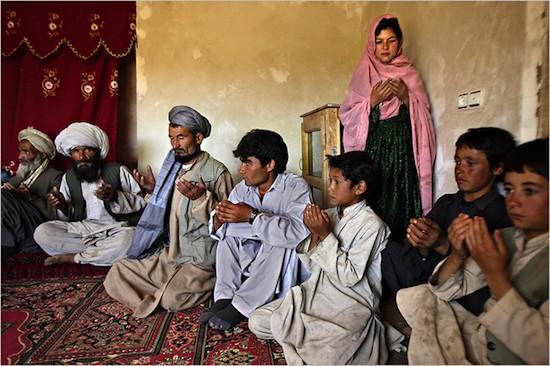 Familiares y amigos celebran el compromiso de Ghulam. El padre de la novia, Mahmoud Haider (32 años), dijo no estar contento de dar a su hija tan joven, pero que no tenía otra opción por su pobreza extrema. (C) Stephanie Sinclair. Premio Unicef 2007