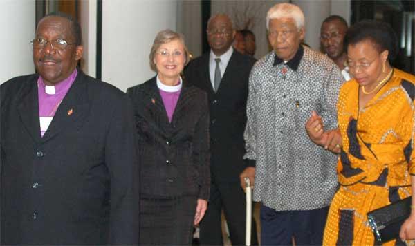 La obispa de la Iglesia Metodista Janice Huie acompaña a Nelson Mandela y su mujer, Graça Machel, tras el obispo João Somane. Foto: Stephen Drachler/ UMNS