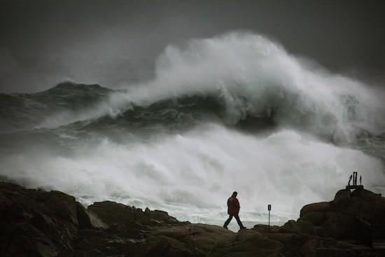 (C) J. Cabalar / OPI. 'En guerra con el mar'. Fotografía tomada desde el Aquarium Finisterre durante un tempora en enero de 2013