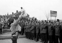 Minero británico en huelga frente a la policía en 1984