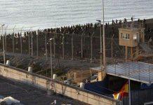 Valla entre España y Marruecos en la playa del Tarajal de Ceuta