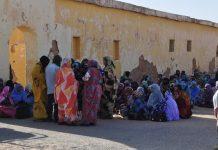Mujeres y hombres saharauis en el reportaje Hijos de las Nubes