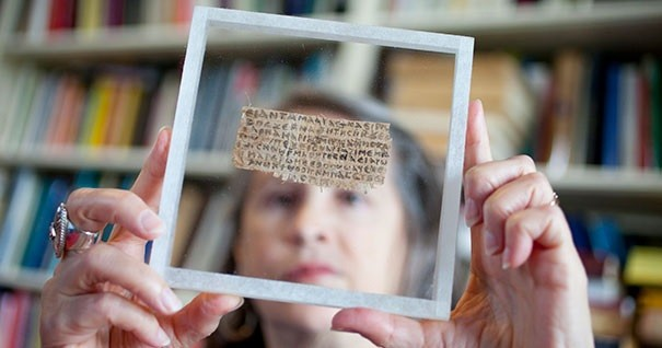 Karen King sostiene el fragmento del papiro con un Jesús casado