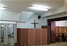 Simbología religiosa católica en un colegio habilitado como local de votación. laicismo.org