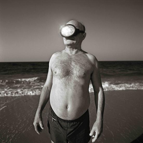 Juan Manuel Díaz Burgos. Pedro, Rota (Cádiz), 1989. Serie 'Historias de playa'. Exposición en el bulevar Salvador Allende de Alcobendas (Madrid)
