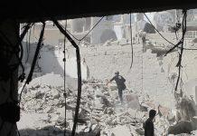 Un miembro del equipo de defensa civil de Alepo busca sobrevivientes tras el ataque aéreo con una bomba de barril en la ciudad siria este mes de agosto. Crédito: Shelly Kittleson/IPS