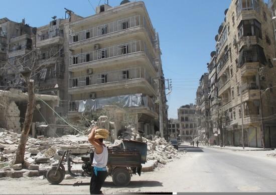 Un adolescente sirio con pan de una panadería subterránea en la zona severamente dañada de Alepo en poder de la oposición. Agosto de 2014. Crédito: Shelly Kittleson/IPS