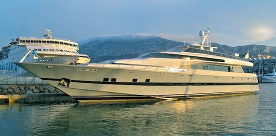 El yate Fortuna, en el puerto de Dénia ante un ferry de Baleària. Al fondo, el mítico Montgó. Foto: David Cejudo