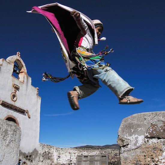 Tarahumara saltando, y la iglesia Nararachi, en Chihuahua, México. © David Ducoin / Survival International