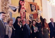 "El embajador de Francia, Rossy de palma, Silvia Pérez Cruz y representantes del ministerio francés de Cultura ante el tapiz en color ""Femme à la toilette"". Madrid 02/02/17"