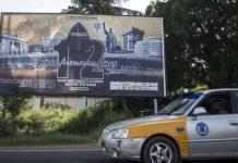 Valla publicitaria en Ghana anunciando el programa de investigación en el que participaba el periodista asesinado.