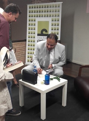 Al Aswany firma libros durante su visita a España en 2015. Foto: JC