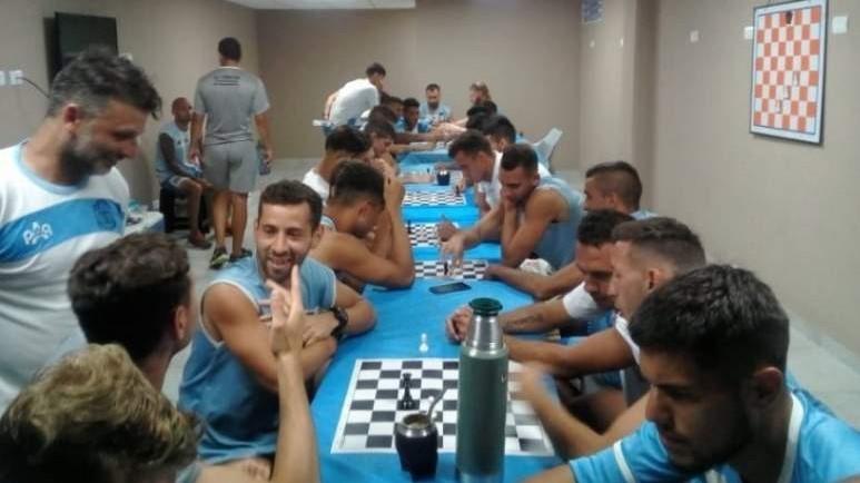 Plantilla del argentino JJ Urquiza jugando al ajedrez