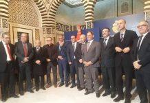 Responsables del SNJT y del Gobierno tunecino posan tras la firma del acuerdo