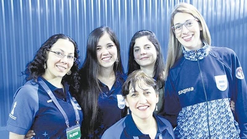 Equipo femenino de ajedrez argentino.De izquierda a derecha, Marisa Zuriel, Ayelén Martínez, María Florencia Fernández, Carolina Luján y Claudia Amura (en primer plano).