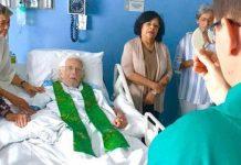 Ernesto Cardenal concelebra la misa en el hospital © Vatican News