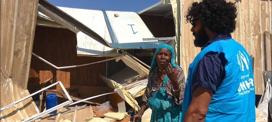 ACNUR/Tarik Argaz Una mujer tawargha frente a su casa demolida por una milicia local para obligarla a marchar, en el asentamiento de Triq al Matar,Trípoli, en Libia