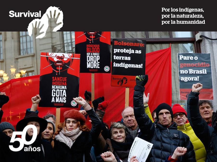 La actriz ganadora de un Oscar Julie Christie y otros manifestantes afuera de la Embajada de Brasil en Londres, parte del día internacional de acción por los pueblos indígenas de Brasil. © Rosa Gauditano/APIB/Survival