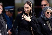 Télam: En un hecho sin precedentes, los neozelandeses atendieron este viernes 22 de marzo de 2019 la llamada a las plegarias islamicas en las mezquitas. En la foto, la presidenta, Jacinda Arden, entra en la mezquita en que se produjo el atentado.