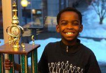Tanitoluwa Adewumi, Tani, junto a su trofeo como campeón de ajedrez del estado de Nueva York