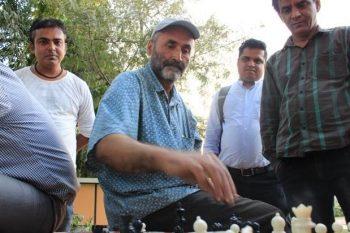 El tío del ajedrez, Abdul Samad, ante un tablero