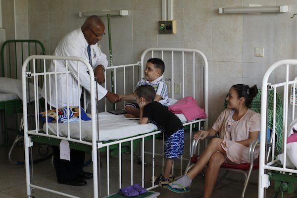 El profesor Alberto Céspedes Castillo saluda a pacientes de la sala de pediatría del Instituto Nacional de Oncología y Radiobiología de El Vedado, ubicado en el municipio Plaza de La Revolución, de La Habana, en Cuba. Crédito: Jorge Luis Baños/IPS