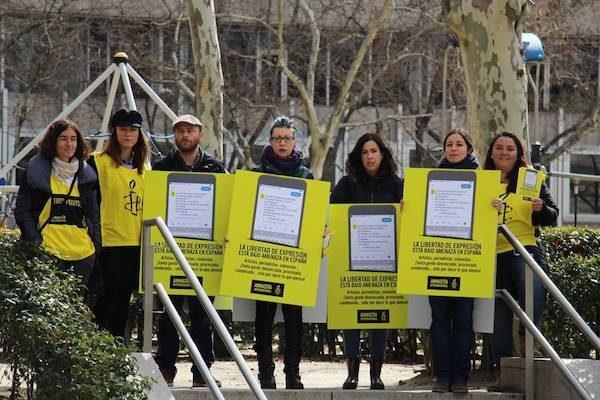 Activistas de Amnistía Audiencia Nacional en Madrid, el 13 de marzo de 2018, protestan por la falta de libertades en España