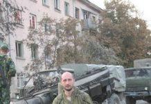 Arkadi Babtchenko en un escenario de guerra