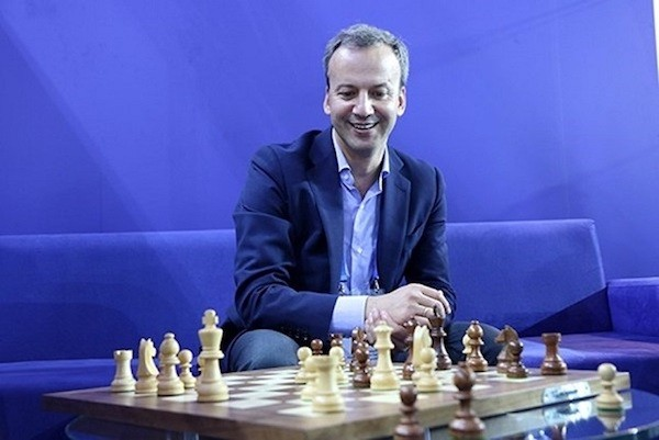Arkady Dvorkovich ante un tablero de ajedrez
