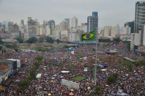 Cientos de miles de mujeres se lanzaron a las calles de las principales ciudades de Brasil el sábado 29 de septiembre, en muchos casos acompañadas de sus parejas, amigos y familias, en rechazo a Jair Bolsonaro, candidato de extrema derecha a la presidencia de Brasil. En la imagen, parte de la protesta en un distrito de São Paulo: Rovena Rosa/Fotos Públicas