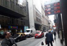 La pizarra electrónica de una casa de cambios en el centro de Buenos Aires refleja el valor del dólar, una obsesión para la población argentina. El jueves 3 la moneda local se devaluó siete por ciento en pocas horas, lo que llevó al gobierno a adoptar medidas de austeridad para tratar de generar confianza entre los inversores. Crédito: Daniel Gutman/IPS